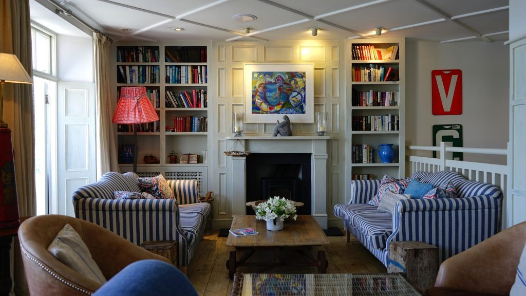 Desain ruang tamu yang simple namun terlihat klasik.