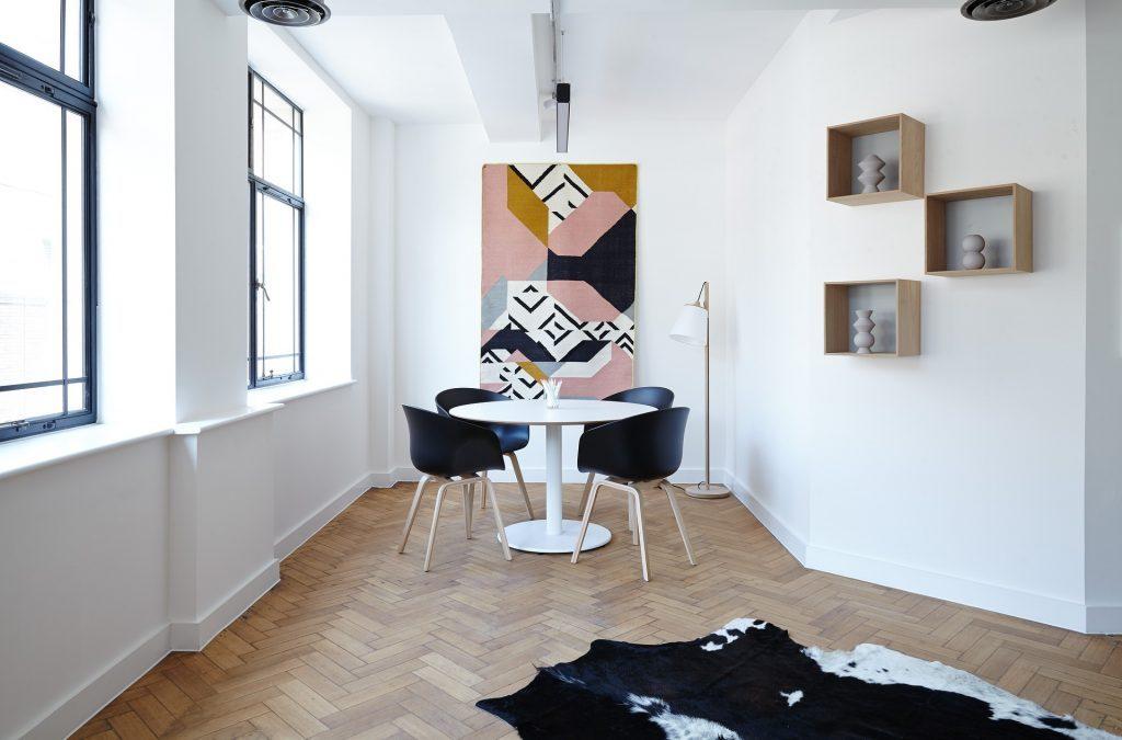 Kursi, contoh furniture yang dipadukan dengan hiasan pada dinding