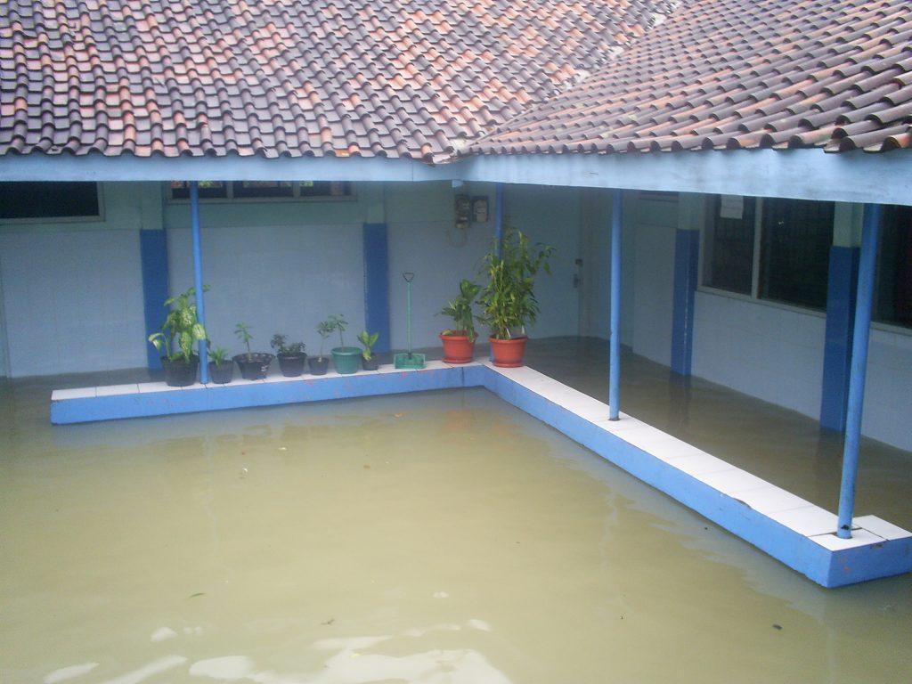 Air yang menggenangi pemukiman sampai kedalam rumah saat hujan deras turun