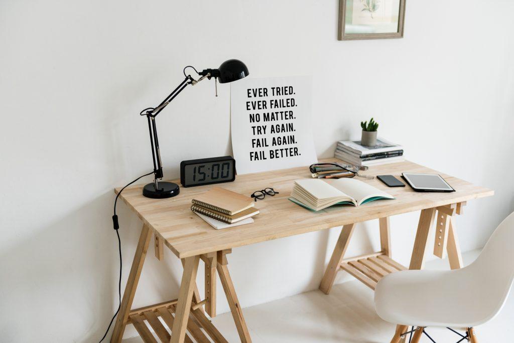 Meja belajar terbuat dari kayu dengan bentuk minimalis sangat cocok buat belajar anak-anak
