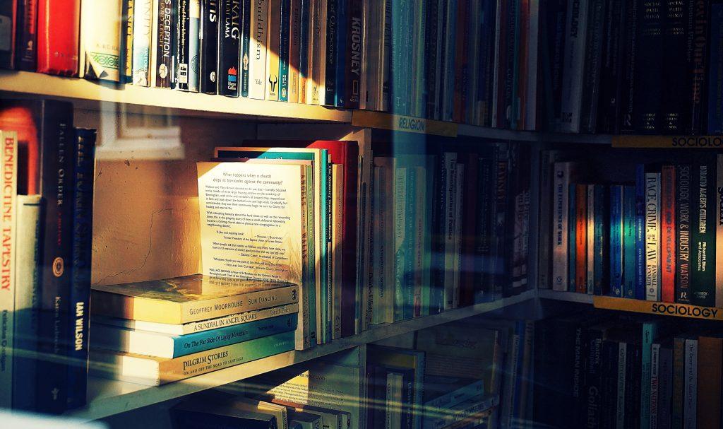 Rak buku yang rapi memudahkan dalam mencari buku