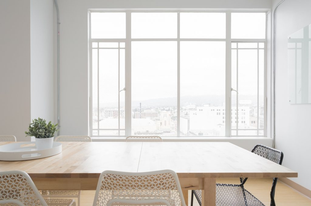 Rumah dengan jendela kaca selain memberikan kesan menarik juga berguna sebagai pencahayaan alami