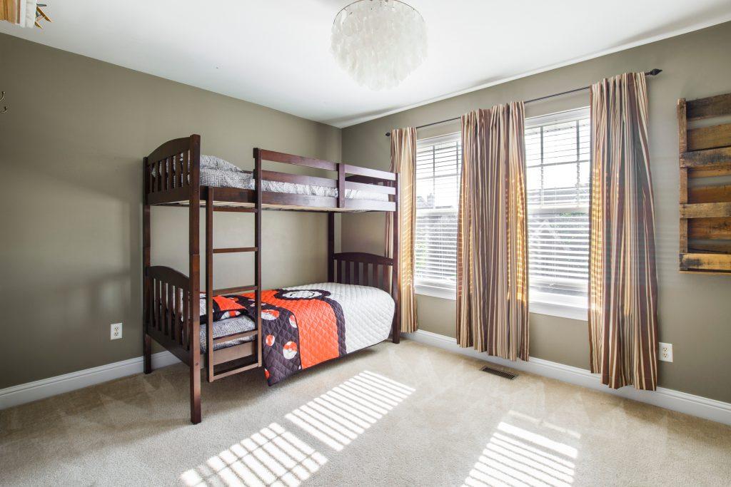Tempat tidur tingkat membuat kamar minimalis terkesan luas